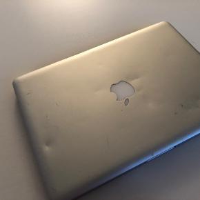 Macbook pro 13-inch fra 2010-2011  Pga af alderen kan man se forskellige brugt spor. Batteriet trænger til at blive skiftet og den er lidt langsomt, men virker stadig optimalt.  Sælger den pga jeg har fået en ny macbook  Pris: Byd Skriv for mere info:)