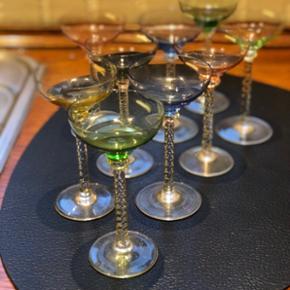 9 antikke/ retro snapseglas i de flotteste farver. Glassene står på høje flettede stilke, som skaber et eksklusivt udtryk. Et enkelt glas har lille skår (se sidste billede).