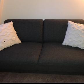"""Sofa sælges uden bemærkning. Sælges pga. nyt køb.  Målene er: H: 80 cm  L: 180 cm D: 88 cm   OBS. De 1500 kr er inklusiv en puf i samme model og farve. Denne udgør dermed en """"chaiselong"""".  --> Billede kommer i morgen.   BYD."""