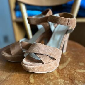 Brugt en gang - synes farven på billede virker en lille smule lysere brun end skoen er i virkeligheden. Modelbillede er mere sigende i farven.