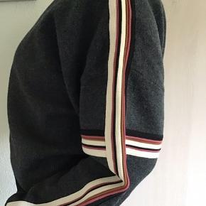 Fed bluse fra Isabel Marant.. blusen er en kort model og super flot med en skjorte eller top under.. fede detaljer ned langs ærmerne.  35% Bomuld, 15% Uld, 12% Viscose, 21% Polyamid, 14% Polyproplene, og 3% Elastan. Nypris 2800,- Bytter ikke!