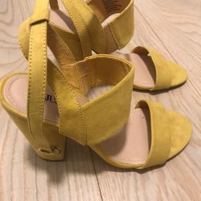 Justfab heels i str. 38 i gul.  Sælges da de aldrig bliver brugt.