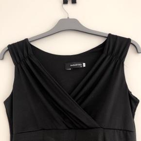 Jewellery box skøn stram sort kjole str M. Brystmål 2X45 cm og længde 91 cm. Matr 65%bomuld og 35% polyester