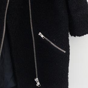 Jakke fra Topshop med sølv lynlås og lommer. Sælger da jeg desværre ikke får den brugt. Byd gerne :)