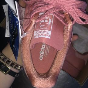 De fineste helt nye og ubrugte Adidas sko i den flotteste farve. Størrelsen er 36 2/3. Er åben for bud