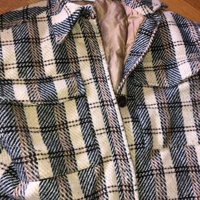 Fin overgangsjakke/skjorte fra Neo Noir sælges. Den er foret og har en smule fnuller på indersiden af ærmerne som nok godt kan fjernes. Den er stor i str. Bytter ikke