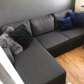 SKAL HENTES D.15/8!!  Sælger denne sovesofa fra My Home. Et halvt år gammel. Har mulighed for opbevaring som ses på billedet. Sofaen kan laves om til større seng. Har vedlagt billede af mål i kommentaren. Pyntepuder kan tilkøbes.  VIGTIGT!!  Sofaen står på 2.sal (ingen elevator).  Sofaen står i et utroligt smalt rum, og kræver derfor lidt snilde for at få den skilt ad, så den kan løftes ud i flere dele.  Derfor er det vigtigt du har opsat på dette, da jeg ikke har mulighed for at hjælpe.