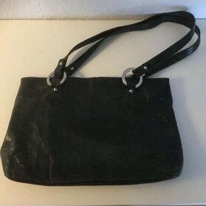 Lækker skind håndtaske der og kan bruges dom kort skuldertaske   Mål ca 30x 25x8   Mindst 8 rum   Fin og iorden   Sender gerne   Se flere annoncer   Ide til julegave