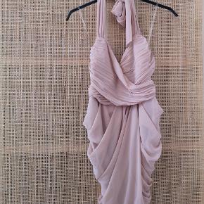 Fin kjole som kun er brugt 2 gange. Der er lynlås bagpå samt hæfte. Kjolen bindes foroven ved nakken med bånd og bagpå ryggen. Den kan derfor tilpasses i brystet efter behov. Sidder tæt forneden og fremhæver timeglas-figur.
