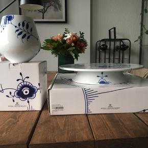 Helt nyt, aldrig brugt  Pris hver for sig:  Vase, 15 cm: 450 Kagefad, 32 cm: 900  Samlet pris: 1200