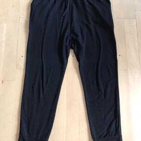 Brugt to gange, super bløde bukser der kan styles op og ned, let hængerøv. Viscose pg elastan. Str 3 hvilket er ca m. Købt i Zornig i efteråret 2019. Handler Ts!