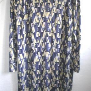 Varetype: Midi kjole midikjole mønstret mønster lilla print gul viscose Farve: Multi  Fin kjole fra Baum und Phergarten i 100% viscose. Brugt, men i pæn stand uden huller, pletter, fnuller eller lign. Brystmål: 56 cm på tværs fra armhule til armhule (dvs 112 cm på tværs) Længde: 98 cm fra nakken og ned.