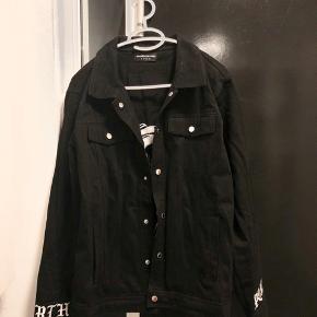 Sælger denne jakke fra mærket Maniere De Voir. Er brugt to gange, og ellers ligget i skabet. Rigtig god stand.  God til at have udover en hoodie.   Ny pris: 700kr Min pris: 450kr