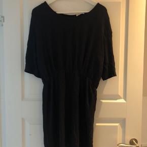 Flot kjole med fin detalje i ryggen.  Brugt 2 gange. Ingen fejl på.