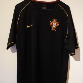 Rigtig fed sort Portugal trøje fra 2006.  Tags: fodbold, fodboldtrøje, fodboldtrøjer...