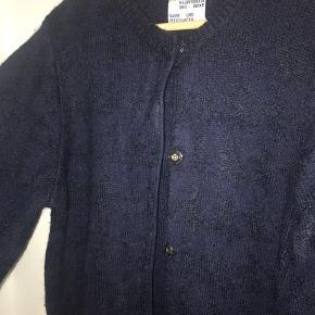 Smuk cardigan med lommer, knapper og flot blå tern