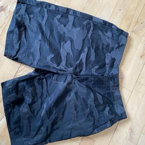 Cowboy shorts str 31. Købt sidste år, men aldrig brugt og nu er de for små 150 kr  Army shorts: str: M. Aldrig brugt 125 kr Bløde short i sort med hvid kile: str. S. Brugt 50 kr
