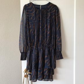Smuk kjole med zebrastriber i blå og brun 🦓 med lange ærmer i gennemsigtigt stof, resten af kjolen har underkjole i, så den er ikke gennemsigtig. Underdelen er lag på lag, og elastik i taljen 💃🏻 nyprisen var 700 kr. Fra Erbs og jeg mener at størrelsen hedder M/L, men der står ingen størrelse i selve kjolen 🌷  Bemærk - afhentes ved Harald Jensens plads eller sendes med dao. Bytter ikke 🌸  ⭐️ Kjole zebra striber stribet blå brun
