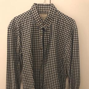 Ny pris 500 krLækker blå ternede skjorte i str L fra selected. Sælges da jeg ikke kan passe den længere.