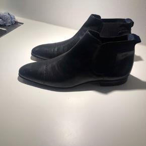 Hugo Boss sko , sorte str 43. Brugt få gange. BYD gerne.