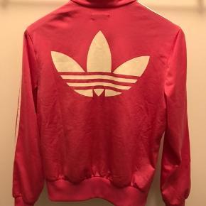 Adidas bluse  Str. 40 Brugt, er i rigtig god stand og fejler ikke noget.  Pris - 70kr  &  Nike Bluse Str. M Brugt og vasket en enkel gang.  Pris - 175kr.   Køber betaler fragt, medmindre andet er aftalt. Giver mængderabat.
