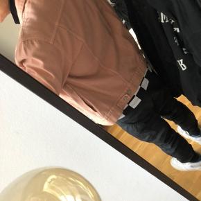 Super fed pink weekday jakke i str M, sælges billigt - nypris 400.-