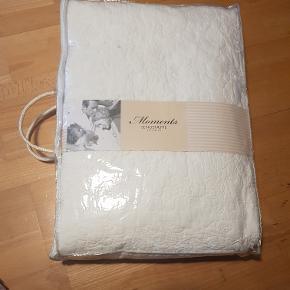 Stort hvidt sengetæppe, 100%bomuld. 220×240 cm. Quiltet med blomster i syningerne. Aldrig brugt, stadig pakket ind.