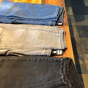 3 par jeans, de blå er aldrig brugt, de er High waist, længde 30, pris 100,- de lyse grå længde 32, høj taljet, pris 40,- , de mørkegrå mid waist Skinny længde 32, pris 60 kr.