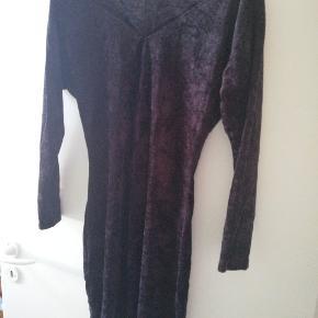 Sort vintage velour kjole med lange ærmer. Kjolen er 92cm lang