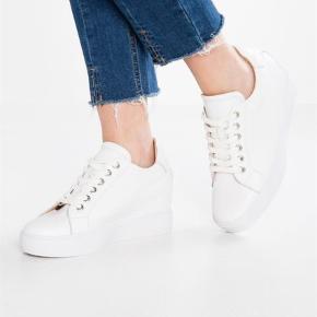 Superlækre sneakers med lille kilehæl fra den nye kollektion . De har kun været på 3 gange og der er kommet lidt sort på indersiden, som ikke er af stor betydning.  Superfede sneakers med platform, nye kollection Farve: HVID Oprindelig købspris: 1000 kr.