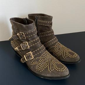 Jeg sælger disse super fine grå/brune støvler, da jeg ikke får dem brugt. De har kun få mærker efter brug. Står stadig super fine!   Kom med et bud 😊
