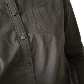 Enkel sort bomuldsskjorte. Ingen brugstegn ✨