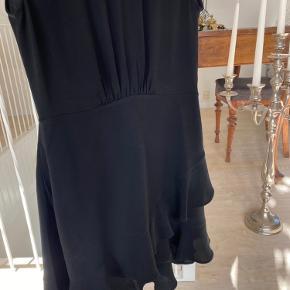 Super fin kjole fra IRO købt på booztlet, har et par enkelte brugstegn, se billede nummer 3 🥰