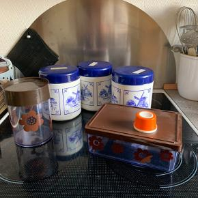 Tre plast RETRO dåser med hollandsk motiv  Dåse samt opbevaring i hård plast med brune motiver fra Erik kold   RETRO æggeprikker   Tingene er i Randers   Til salg på flere sider