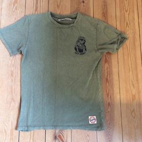 Eat dust t-shirt i str m  Med lille print på bryst og stort på ryggen