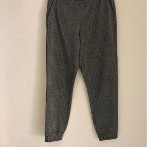 Super fine bukser, fejler intet. Med sølv striber i