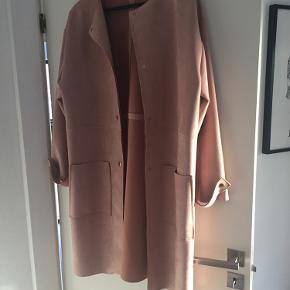 Elegant jakke fra Zara i rosa og med guldknapper ned langs frakken samt ved ærmerne. Jakken føles meget blød og er derfor meget behagelig at have på, den er dog kun prøvet på og aldrig gået med. Sælges billigt da jeg er ved at rydde ud i mit skab!