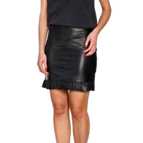 Helt ny nederdel i blødt elastisk skind - så flot !
