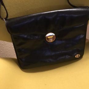 Flot og lækker retro Bon Gout skulder taske. Meget velholdt, ca. 25 år gammel. Højde 27 cm, bredde 36 cm og ca 10 cm i bunden.