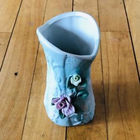 Fin lille vase med roser på i gammeldags stil. Perfekt stand