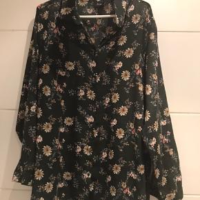 Skjorte fra Zizzi str L. Grøn i bunden og med blomster Lang top fra Soyaconcept  str m  75 kr/ stk Se også mine andre annoncer med tøj
