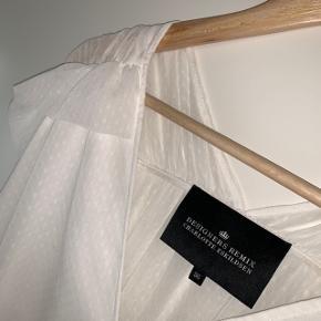 Sælger denne mega flotte kjole fra Designers Remix i hvid str. 36 (str. S-M). Kjolen har været i brug 2 gange, og derfor fortsat i rigtig god stand. Perfekt til bryllup, barnedåb, konfirmation, studentergilde, sommerfest etc.🌺  Nypris: 1.500kr.