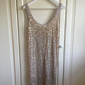Smuk lang transparent top/ kort kjole med matte pailletter. Længde ca. 91 cm.  Aldrig brugt.  Bytter ikke.