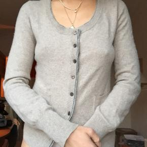 Size L but fits S and M .  100# cashmere.