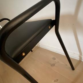 Lille bænk til sminkebord eller klaver  Sort rør og sort læder med messingskruer