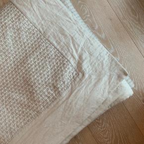 ZARA Home sengetæppe i beige/sandfarvet str. 230 x 250 cm.