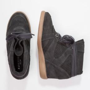 Næsten ikke brugte Pavement støvler i modellen 'Vibe' og farven dark grey.
