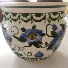 Flot potte i smukke flotte blå og grønne farver. Måler 17 cm høj og 19 i diameter