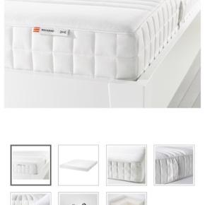 ! Jeg sælger min lækre madras med en god lamelbund til!   Madrassen er en Matrand fra IKEA, i memory foam. Madrassen er 140*200cm. Den har få pletter, men betrækket kan nemt tages af og vaskes!  Matrand madrassen sælger jeg for 1500kr (knap 3000kr fra ny)  Link til madras: https://m2.ikea.com/us/en/p/matrand-memory-foam-mattress-firm-white-70272403/   Sig det videre til din sengeløse ven!🎉