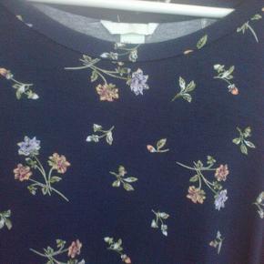 Varetype: bluse blomster blomstret mønstret broderi lignende print Farve: blå  100 % viscose.   Sendes med DAO med mindre andet aftales.